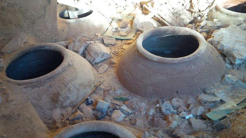 Tinajas en las ruinas de la Bodega de los Béjar